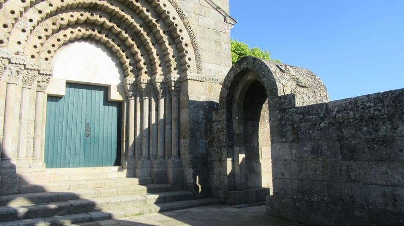 Mosteiro - interior do adro