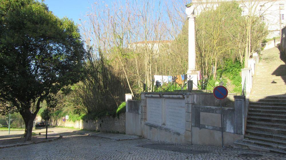 Porta de Atamarma - Placa e pelourinho