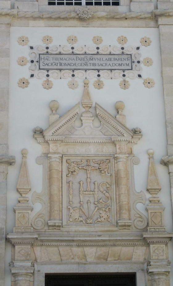 Placa na fachada da Sé de Santarém