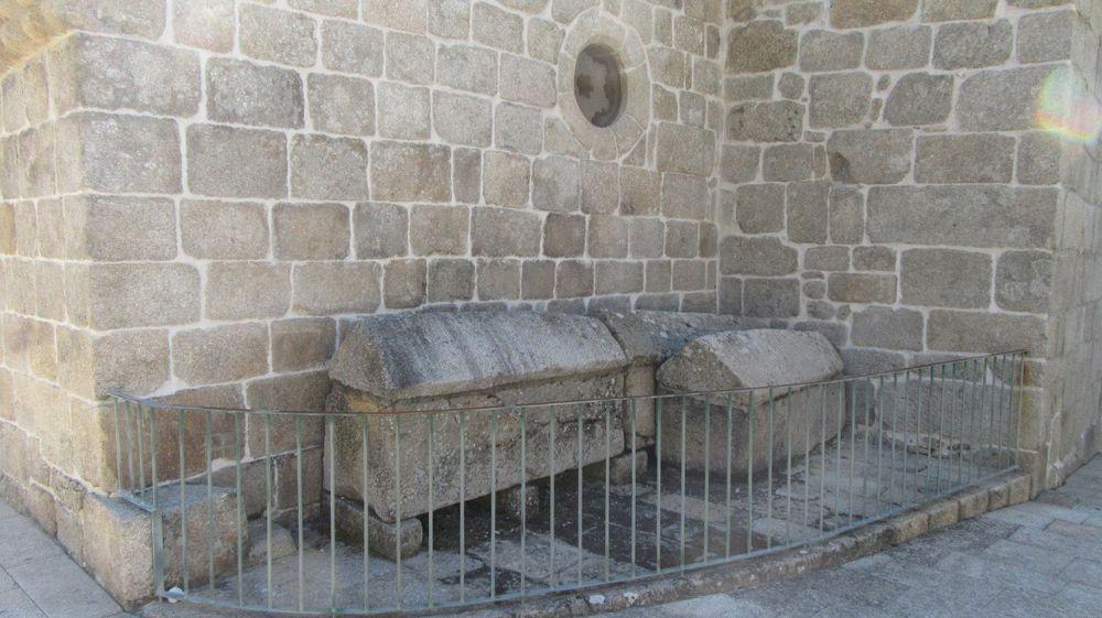 Igreja de Tarouquela - Túmulos