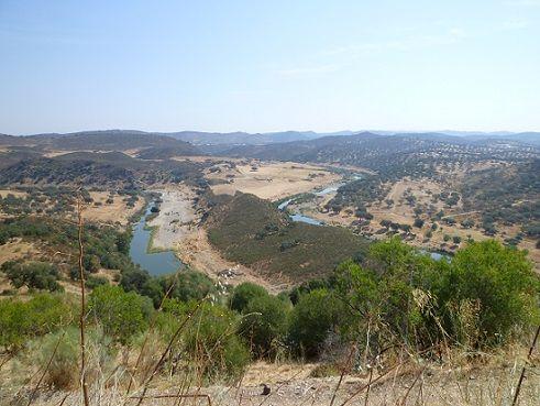 Vista Geral do Castelo com o Rio Ardila e a Ribeira de Múrtega