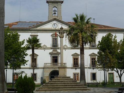 Pelourinho, ao fundo a Câmara Municipal