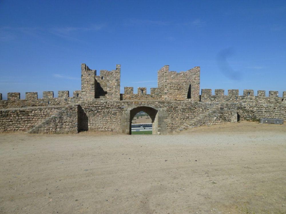 Castelo - interior e porta de Santarém